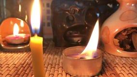 蜡烛烧伤,创造舒适在屋子里 火和热在红色 影视素材