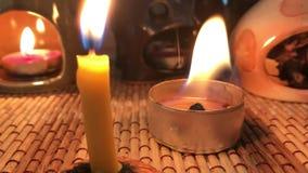 蜡烛烧伤,创造舒适在屋子里 火和热在红色 股票视频