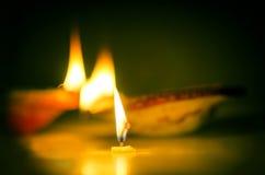 蜡烛熔化几乎被烧的和土制灯 免版税库存图片
