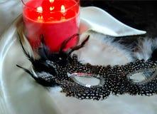 蜡烛用羽毛装饰的屏蔽 免版税图库摄影