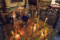 蜡烛的立场在东正教内部 图库摄影