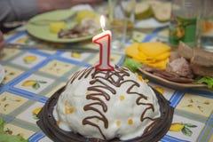 从蜡烛的蛋糕在假日桌上 免版税图库摄影