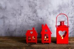 蜡烛的装饰红色持有人 华伦泰` s天,圣诞节,纪念品,浪漫背景 您的文本的空位 库存图片