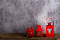 蜡烛的装饰红色持有人 华伦泰` s天,圣诞节,纪念品,浪漫背景 您的文本的空位 免版税库存照片