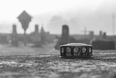 蜡烛盒盖在公墓 库存照片