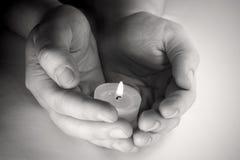 蜡烛祈祷 免版税图库摄影