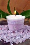 蜡烛紫色盐海运温泉 免版税库存图片