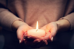 蜡烛轻发光在woman& x27; s手 祈祷,信念,宗教 库存照片
