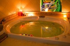 蜡烛轻的极可意浴缸 免版税库存图片