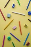 蜡笔、不同的颜色铅笔刀和橡皮擦  免版税图库摄影