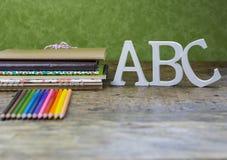 蜡笔和笔记本 免版税库存图片