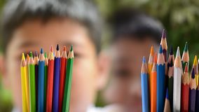 蜡笔或淡色铅笔在男孩手上 免版税图库摄影