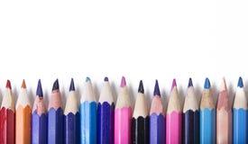 蜡笔-在白色背景被设置宽松地安排的色的铅笔 库存照片