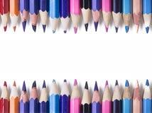 蜡笔-在白色背景被设置宽松地安排的色的铅笔 库存图片
