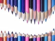 蜡笔-在白色背景被设置宽松地安排的色的铅笔 免版税库存照片