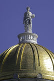 蜡膜在佛蒙特国会大厦圆顶的雕象 免版税库存照片
