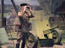 蜡象军事看通过双筒望远镜在白俄罗斯语状态博物馆 免版税库存照片