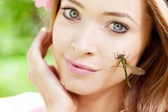蜻蜓面对她的妇女 免版税库存照片