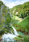 蜿蜒在峡谷的石小山的之间河 图库摄影