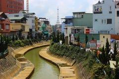 蜿蜒地流的河 库存照片