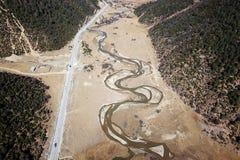 蜿蜒的河鸟景色香格里拉的 库存图片