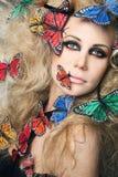 蝴蝶卷发长的妇女 免版税图库摄影