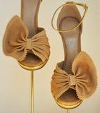 蝴蝶奶油色鞋子 免版税库存图片
