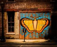 蝴蝶街道画在城市 皇族释放例证