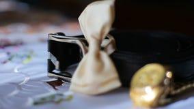 蝶形领结、手表和一条传送带在他的书桌上 股票视频