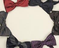 蝶形领结在纸板背景,顶视图的一个圈子安排了, 免版税库存照片