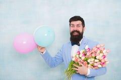 蝶形领结的有胡子的人与郁金香花 爱与花的日期 E r 正式成熟商人 免版税图库摄影