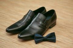 蝶形领结和人的鞋子 免版税图库摄影