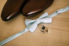 蝶形领结和棕色鞋子 免版税库存照片