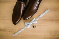 蝶形领结和棕色鞋子 库存图片