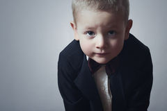蝶形领结的时兴的小男孩。时髦的孩子。时尚孩子。4岁黑衣服的儿童 免版税库存照片