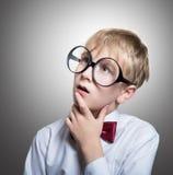 蝶形领结的沉思男孩 免版税库存照片