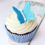 蝴蝶杯形蛋糕 库存图片