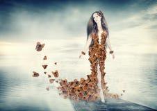 蝴蝶礼服的美丽的少妇 免版税库存照片
