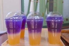 蝴蝶豌豆汁用在塑料杯子的苏打软饮料 免版税图库摄影
