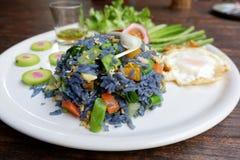 从蝴蝶豌豆的瓣的油煎的蓝色米开花 库存照片