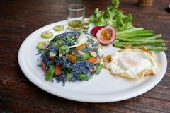 从蝴蝶豌豆的瓣的油煎的蓝色米开花 库存图片
