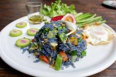 从蝴蝶豌豆的瓣的油煎的蓝色米开花 免版税图库摄影