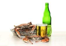 螃蟹和啤酒 库存照片