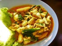 螃蟹咖喱油煎了粉末混乱 在桌上的白色碗 库存照片