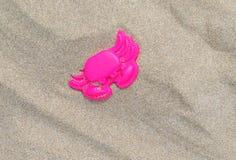 螃蟹桃红色沙子 免版税库存图片