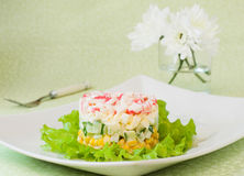 螃蟹棍子和罐装玉米层状沙拉  库存图片