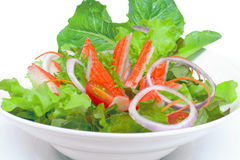 螃蟹棍子用菜沙拉 在一个白色杯子 库存图片