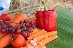 螃蟹棍子用水果和蔬菜 免版税库存照片