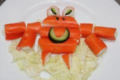 螃蟹橙色螃蟹在一块白色板材黏附 棍子螃蟹, edi 免版税图库摄影