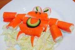 螃蟹橙色螃蟹在一块白色板材黏附 棍子螃蟹, edi 库存图片